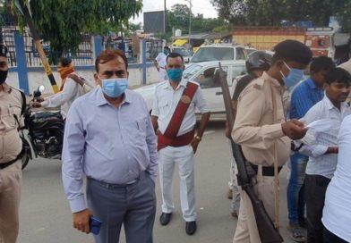गोपालगंज डीएम अरशद अज़ीज़ ने चलाया मास्क नही पहनने वालो के खिलाफ अभियान, काटा चलाना